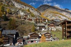 Förbluffa höstpanorama till den Zermatt semesterorten, fjällängar, Schweiz arkivfoton
