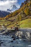 Förbluffa höstpanorama till den Zermatt semesterorten, fjällängar, Schweiz arkivbild