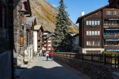 Förbluffa höstpanorama till den Zermatt semesterorten, fjällängar, Schweiz royaltyfri foto