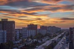 Förbluffa himmel över aftonstaden arkivbilder