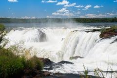 Förbluffa Iguassu vattenfall Arkivfoto
