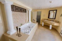 Förbluffa inviterande sikt av det inre moderna stilfulla badrummet Royaltyfri Bild
