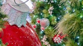 Förbluffa julprydnaden i vänstersida AV ramen och trädet i rätt av ramen fotografering för bildbyråer