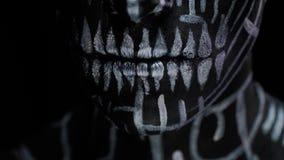 Förbluffa kroppkonst och makeup, en man med olika symboler och linjer på hans kropp och framsida lager videofilmer