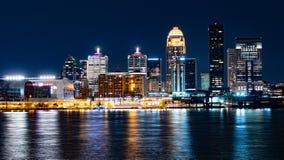 Förbluffa Louisville på natten - LOUISVILLE USA - JUNI 14, 2019 royaltyfria bilder