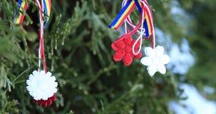 Förbluffa martisor i röd och vit rad med den hängande tofsen Martisor är den rumänska eller Moldavian traditionella handgjorda am stock video