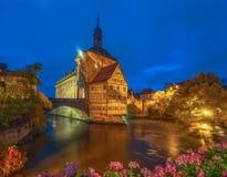 Förbluffa nattscape av det gamla stadshuset av Bamberg, Tyskland Lokal för Unesco-världsarv royaltyfria bilder