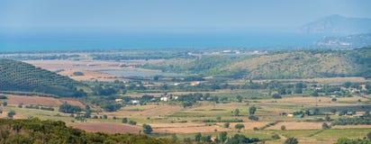 Förbluffa panorama med den Tuscany kustlinjen, från de Capalbio stadsväggarna Landskap av Grosseto, Italien arkivfoton