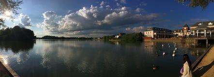 Förbluffa panoramautsikten av sjön arkivfoton