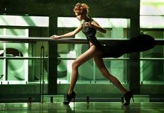 förbluffa running kvinna Royaltyfria Bilder