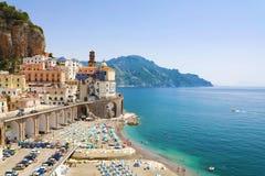 Förbluffa sikt av den Atrani byn, Amalfi kust, Italien arkivbilder