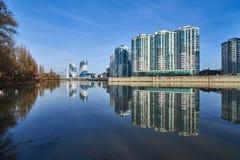 Förbluffa sikt av det bostads- komplexet för skyskrapaelitgrupp och bron av kyssar från parkera av seger fotografering för bildbyråer