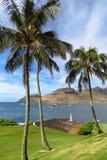Förbluffa sikt av golfbanan, fyren, havet och ön på den Kalapaki fjärden, Kauai, Hawaii arkivfoton