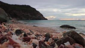 Förbluffa sikt av solnedgången på Shell Beach i Gustavia, stock video