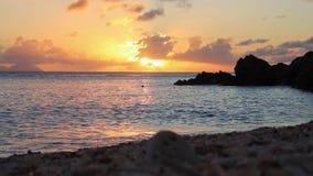 Förbluffa sikt av solnedgången på Shell Beach i Gustavia, arkivfilmer