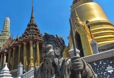 F?rbluffa sikt av statyn i Bangkok royaltyfria foton