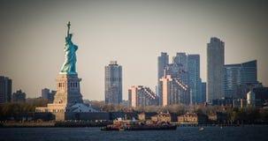 Förbluffa sikten av statyn av frihet, på solnedgången royaltyfri fotografi