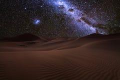Förbluffa sikter av den Sahara öknen under den stjärnklara himlen för natt royaltyfria foton