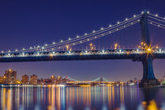 Förbluffa skottet av den Manhattan bron på natten Arkivbilder