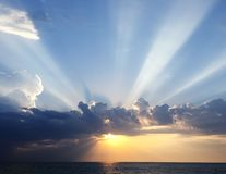 Förbluffa solnedgång över det breda blåa havet royaltyfria foton