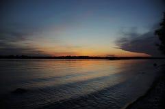 Förbluffa solnedgång över floden Volga royaltyfria bilder