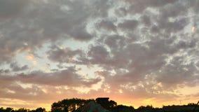 Förbluffa solnedgång ute arkivbild