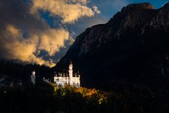 Förbluffa solnedgångsikt på Neuschwanstein bavaria germany royaltyfri foto
