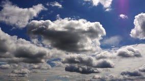 Förbluffa som är mörkt - blå molnbakgrund stock video