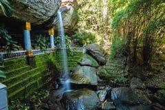 Förbluffa Thailand templet under vattenfallet Wat Tham Heo Sin Ch Arkivfoton