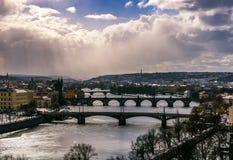 Förbluffa torn av den Charles bron och det gamla stadområdet med flera broar på den Vltava floden Prague tjeckisk republik Royaltyfria Foton