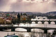 Förbluffa torn av den Charles bron och det gamla stadområdet med flera broar på den Vltava floden Prague tjeckisk republik Royaltyfria Bilder