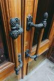 förbluffa trädörrar med massiva bronsdörrhandtag i art décostil royaltyfria foton
