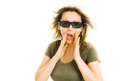 Förbluffad kvinna i bion som bär exponeringsglas som 3D erfar effekt för bio 5D - skrämd hållande ögonen på film - gester av häpn royaltyfria foton