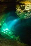 Förbluffat av sikten inom grottan Arkivbild