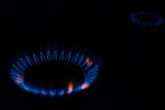 Förbränninggas i mörkret på en hob Arkivfoto