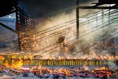Förbränningväxten bränner ris grillade i bambu soa för klibbiga ris Arkivfoto
