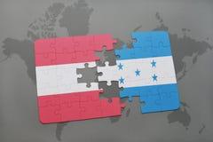 förbrylla med nationsflaggan av Österrike och Honduras på en världskartabakgrund Arkivfoton
