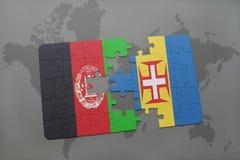 förbrylla med nationsflaggan av Afghanistan och madeira på en världskartabakgrund Arkivfoto