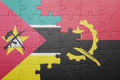 förbrylla med nationsflaggan av Angola och Moçambique Arkivfoton