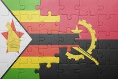 förbrylla med nationsflaggan av Angola och Zimbabwe Arkivfoton
