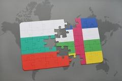 förbrylla med nationsflaggan av Bulgarien och Centralafrikanska republiken på en världskarta Royaltyfri Bild