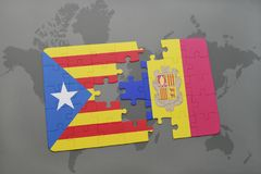 Förbrylla med nationsflaggan av catalonia och Andorra på en världskartabakgrund Royaltyfri Bild