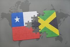 förbrylla med nationsflaggan av chilen och Jamaica på en världskartabakgrund Fotografering för Bildbyråer