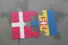 förbrylla med nationsflaggan av Danmark och madeira på en världskartabakgrund Arkivfoto