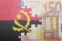 Förbrylla med nationsflaggan av den Angola och eurosedeln Royaltyfri Fotografi