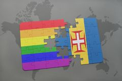 förbrylla med nationsflaggan av den madeira och bögregnbågeflaggan på en världskartabakgrund Arkivbilder