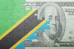 Förbrylla med nationsflaggan av den Tanzania och dollarsedeln Arkivbilder
