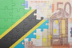 Förbrylla med nationsflaggan av den Tanzania och eurosedeln Arkivbilder