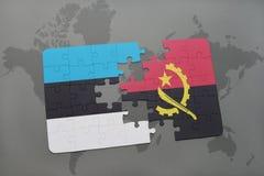 förbrylla med nationsflaggan av Estland och Angola på en världskarta Royaltyfri Bild