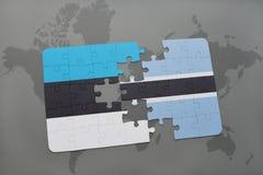 förbrylla med nationsflaggan av Estland och Botswana på en världskarta Royaltyfri Bild